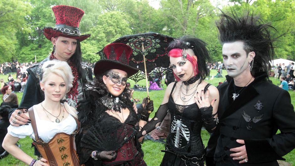 Fünf Freunde zeigen ihre Kostüme beim Wave-Gotik-Treffen in Leipzig