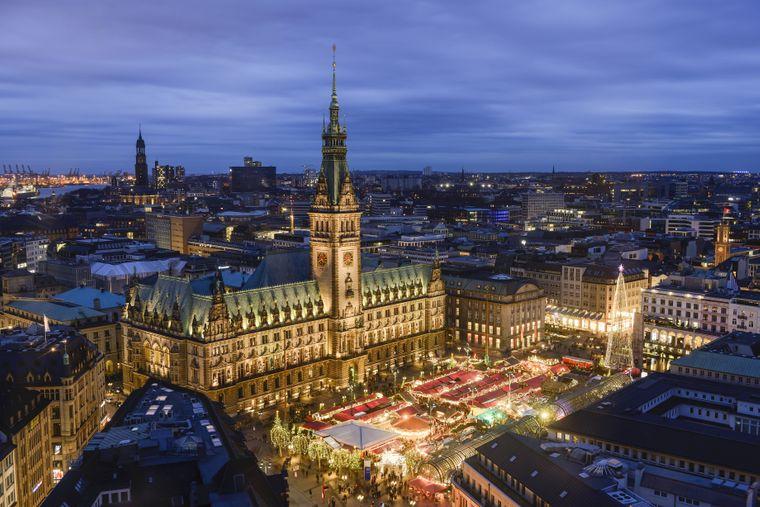 Weihnachtsmarkt in Hamburg vor dem Rathaus.