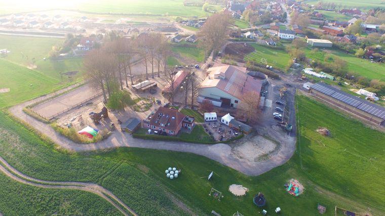 Der Ferienhof Bendfeldt in Bliesdorf (Schleswig-Holstein) aus der Luft.
