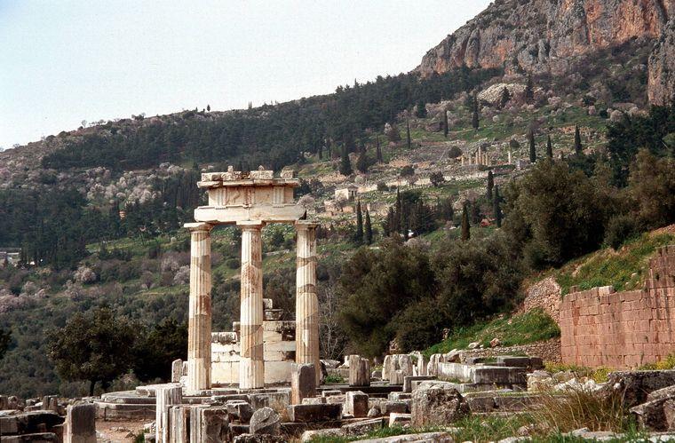 13 Weltkulturerbestätten Griechenlands befinden sich auf dem Festland, die Delphi- Ruine ist eine davon.