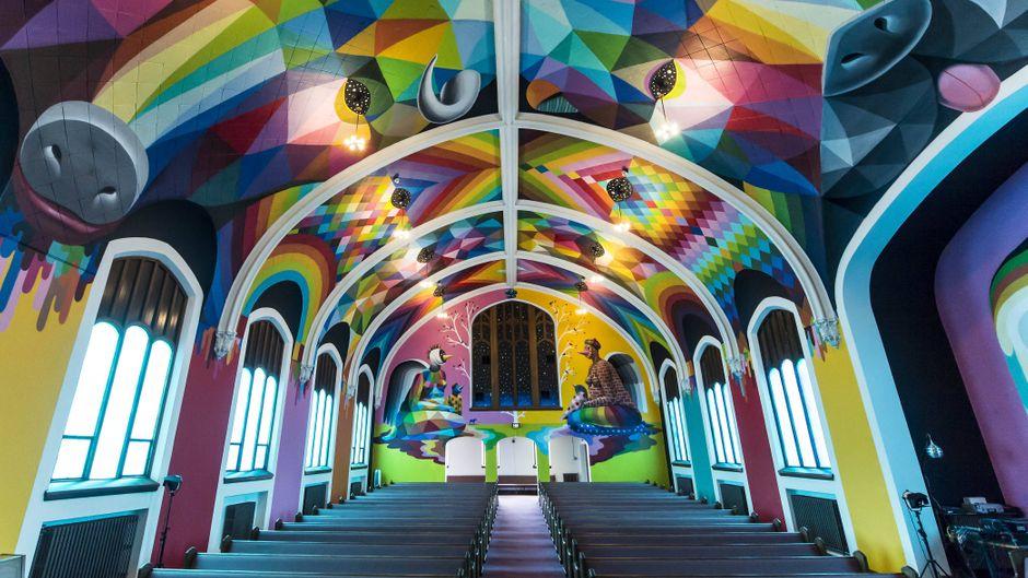 """Knallbunt, mit süßlichem Geruch: Die """"Church of Cannabis"""" ist keine gewöhnliche Kirche."""