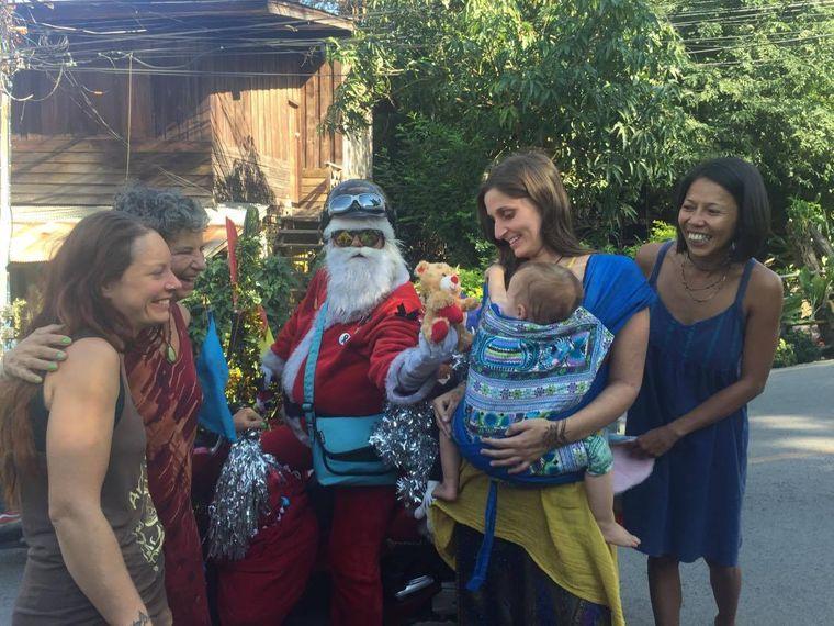 Menschen begrüßen den Weihnachtsmann in Pai in Thailand.