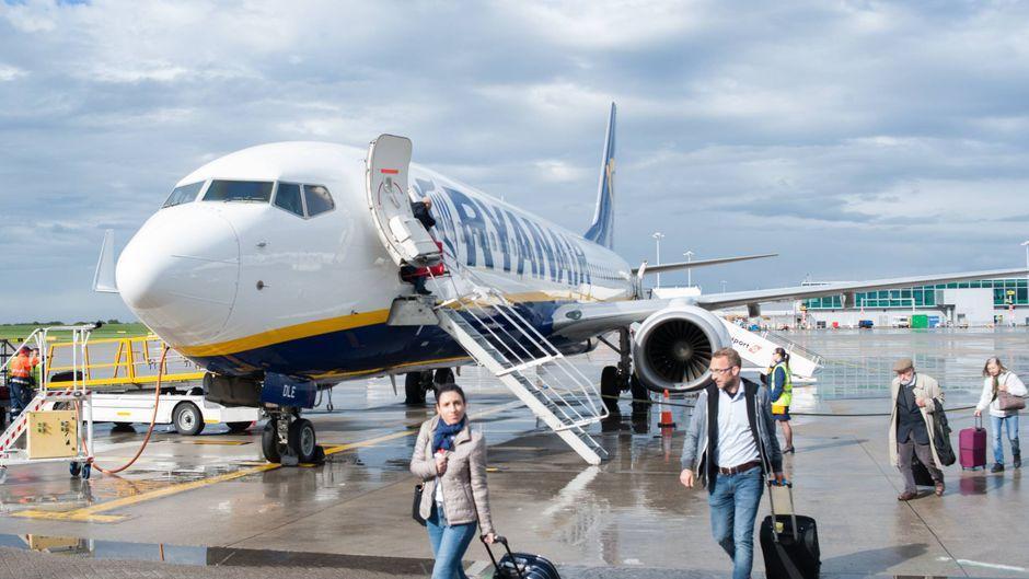 Wer Handgepäck in die Kabine mitnehmen will, zahlt bei Ryanair jetzt mehr.