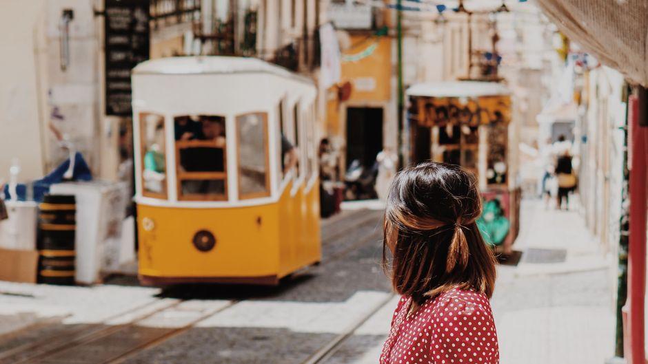 Lissabons berühmte Straßenbahn verbindet Alfama, Baixa und Lapa der Innenstadt mit dem Stadtteil Prazeres. Eine Fahrt lohnt sich!