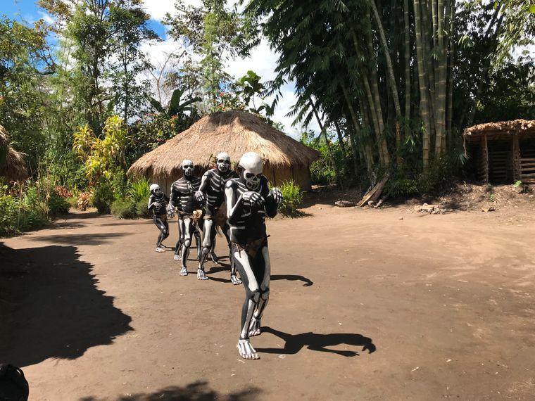 Wandelnde Skelette: Die Skeleton Man sind ein Stamm, der in der Provinz Simbu im Hochland von Papua-Neuguinea lebt.