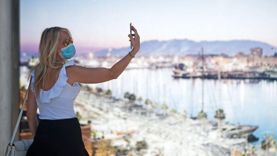Urlaubs-Selfie mit Maske: Ein typisches Bild im Corona-Sommer 2020.