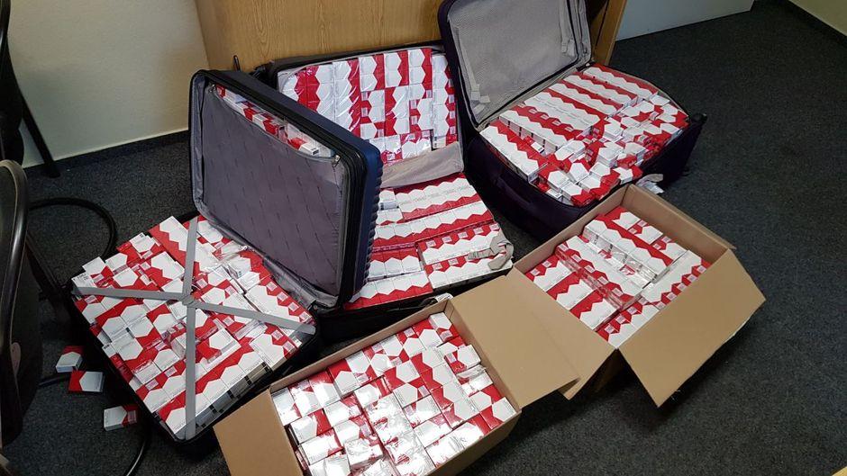 Hunderte Zigarettenschachteln in Koffern und Kartons am Flughafen in Frankfurt am Main.