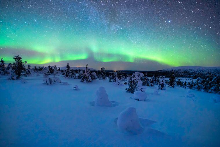 Tanzende Nordlichter über einer Schneelandschaft – ein faszinierendes Schauspiel.