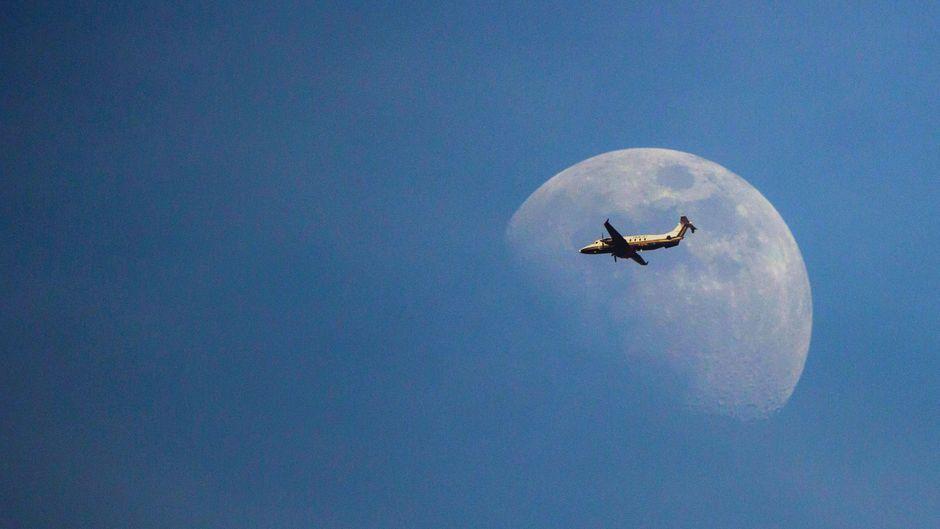 Flugzeug vor dem Mond, Doppelbelichtung, Deutschland airplane in front of moon, double exposure, Germany BLWS617043 *** Airplane in front of the moon, double exposure, Germany airplane in front of moon, double exposure, Germany BLWS617043 Copyright: xblickwinkel/McPHOTO/R.xMuellerx imago images/blickwinkel