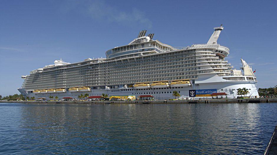 """Das Kreuzfahrtschiff """"Allure of the Seas"""" von Royal Caribbean Cruises im Hafen von Nassau auf den Bahamas."""