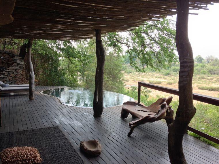 """Exklusives Erlebnis: In den luxuriösen Singita-Luxus-Lodges baden Gäste in Pools mit Blick in die Wildnis. Die Atmosphäre des Hauptgebäudes erinnert an den Film """"Jenseits von Afrika""""."""