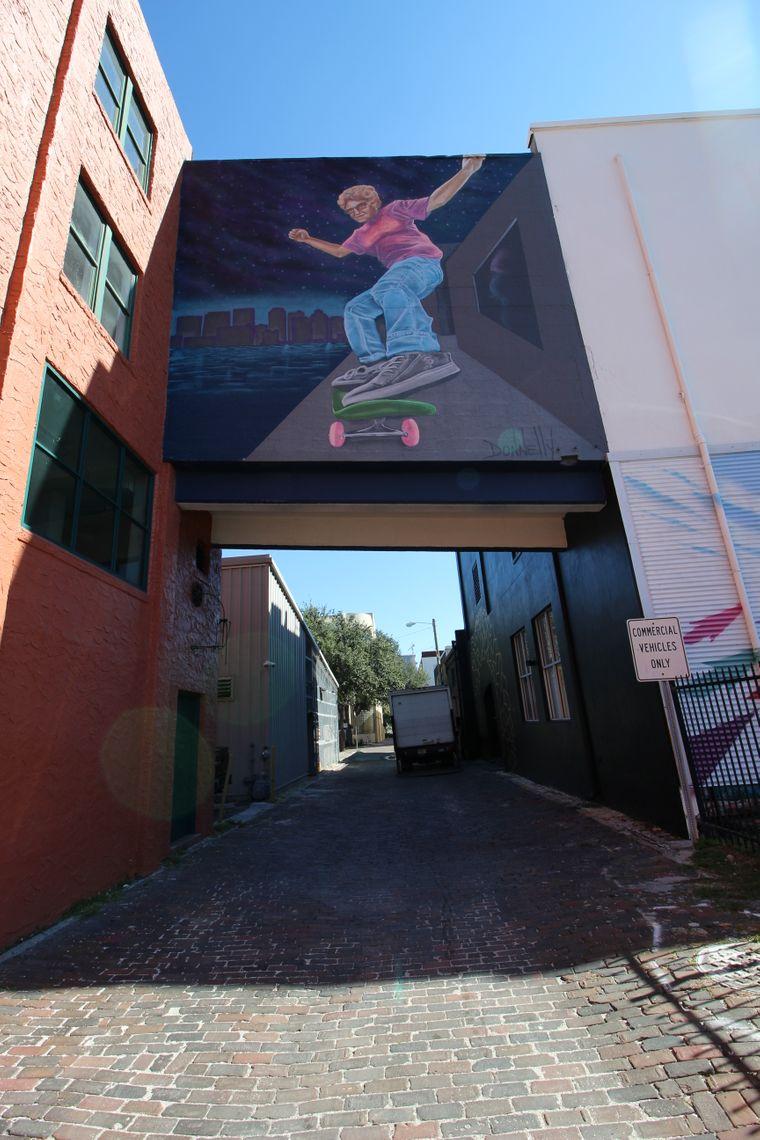 """Donnelly's Werk """"Xtreme Ethel"""" ist an der Wand des Morean Arts Centres zu sehen."""