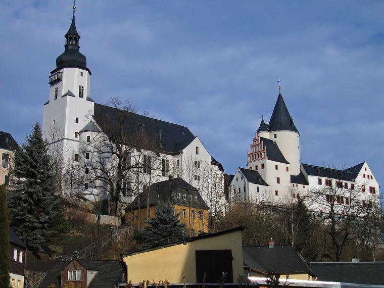 SVom Fluss Schwarzwasser umflossen, ist das Schloss eines der ältesten Gebäude der Erzgebirgsstadt Schwarzenberg.