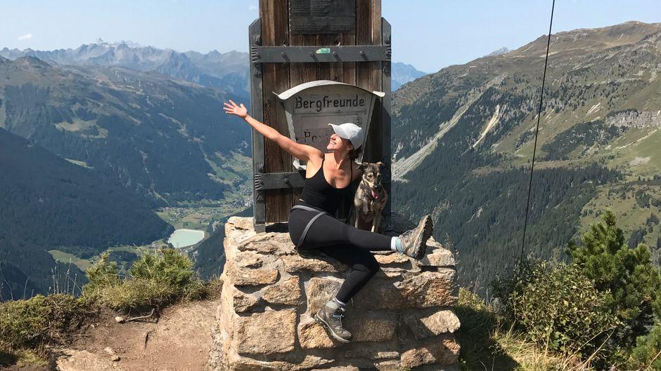 reisereporterin Anina Grosser und ihr Hund Lumi auf der Breitspitze.