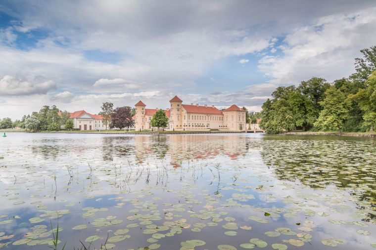 Idyllisch am Wasser gelegen ist das Schloss Rheinsberg.