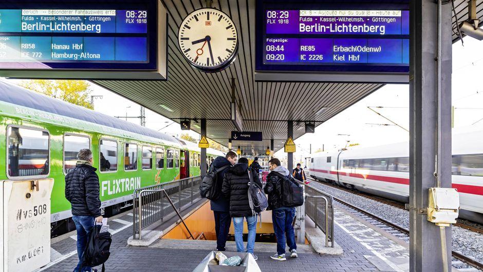 Ein Flixtrain und ein Zug der Deutschen Bahn am Bahnhof in Frankfurt am Main.