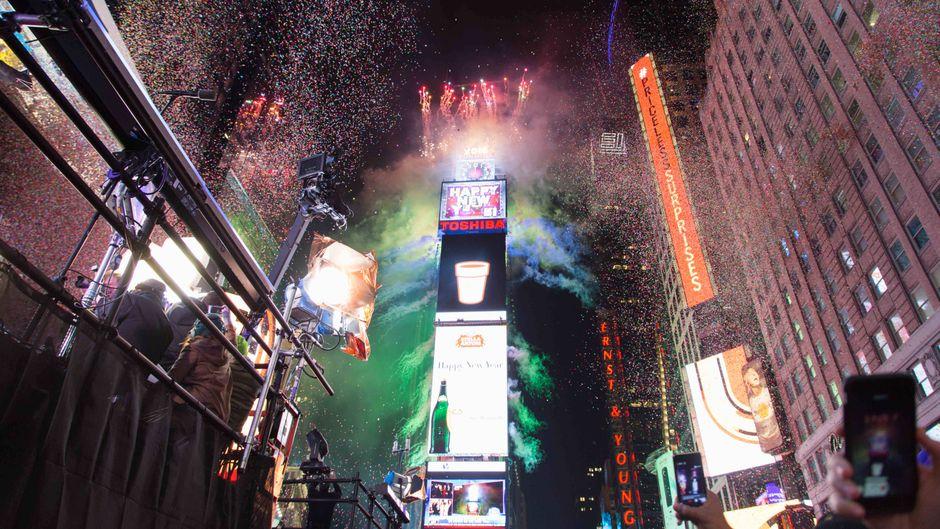 Times Square an Silvester. Mit dabei sind Tausende von Besuchern.