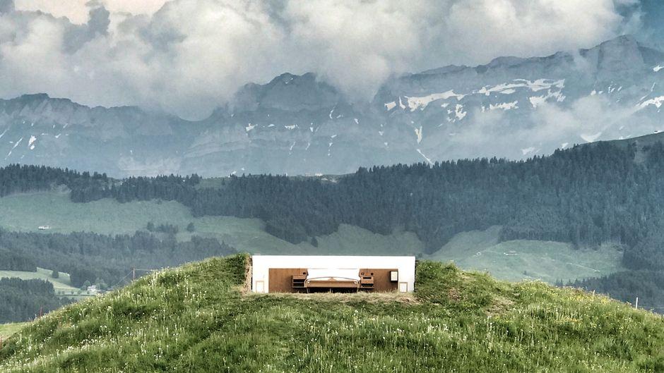 Für Outdoorfans, die es besonders bequem mögen, haben die Künstlerbrüder Riklin ein Hotelzimmer ohne Dach und Wände entwickelt.