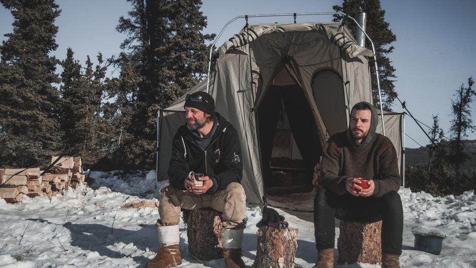 """Zelten in der Wildnis – Peter und """"Driftwood"""" Holly haben es gewagt."""