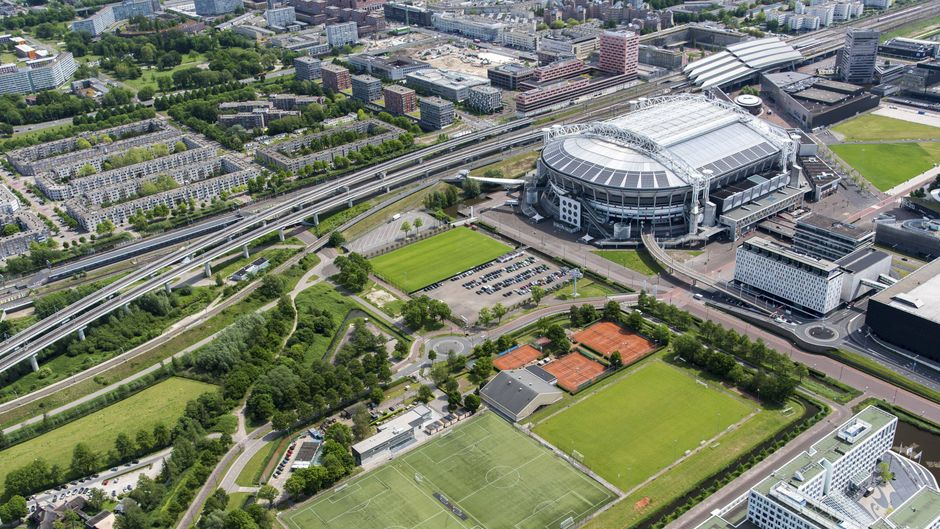 Die Johan-Cruijff-Arena in Amsterdam von oben. Die Grachtenstadt hat auch sonst so einiges zu bieten.