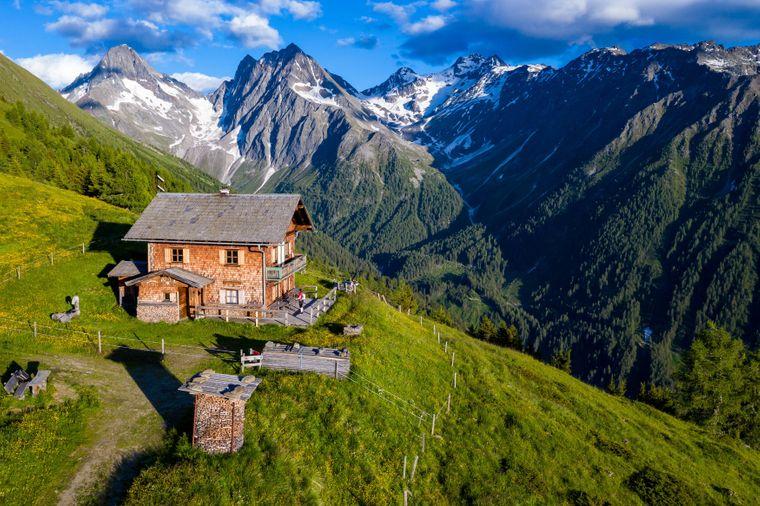 Ruhe und Erholung findest du auch in den österreichischen Alpen.