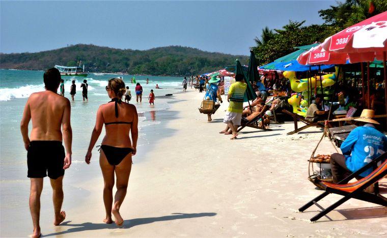Urlauber am Strand auf Koh Samet, Thailand.