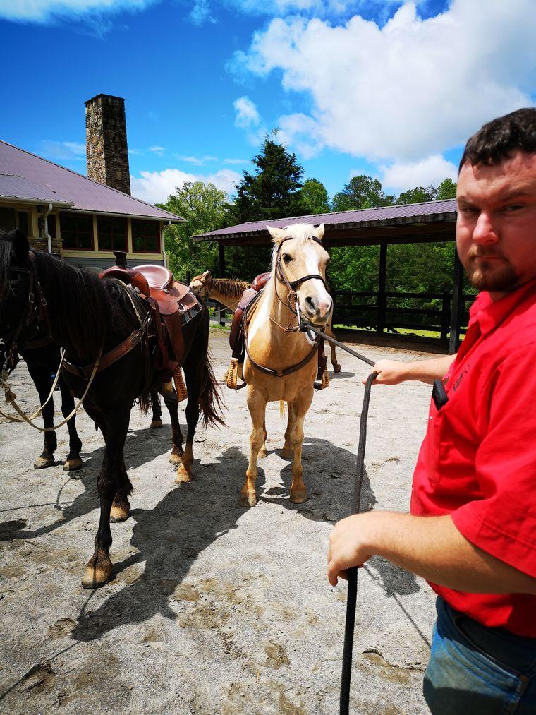 Auf der Ranch The Staples des schicken Brasstown Valley Resorts haben Reisende die Möglichkeit, mit Cowboys auszureiten und die Blue Ridge Mountains auf eine andere Art zu erkunden.