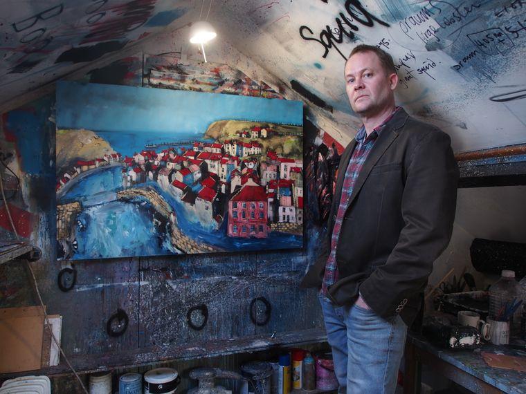 Der Künstler Rob Shaw lässt sich immer wieder von Staithes zu neuen Werken inspirieren.