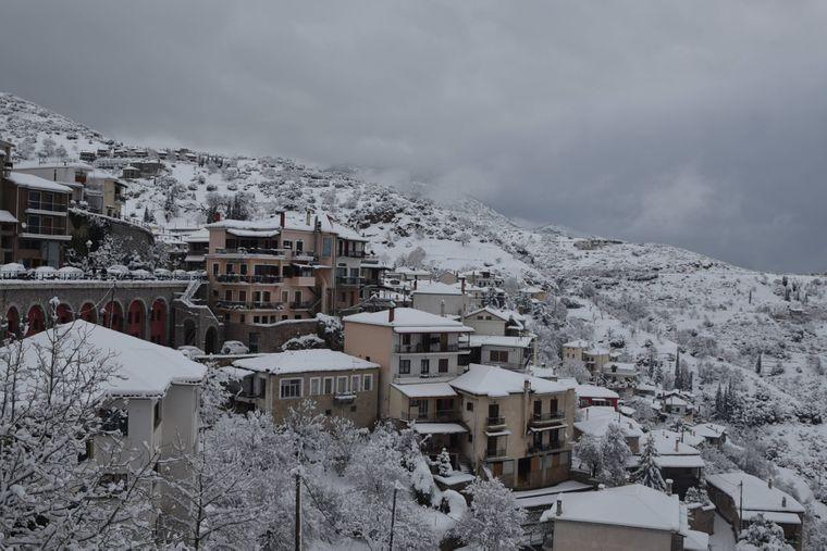 Arachova, Dorf am Berg Parnass, mit Schnee bedeckt.