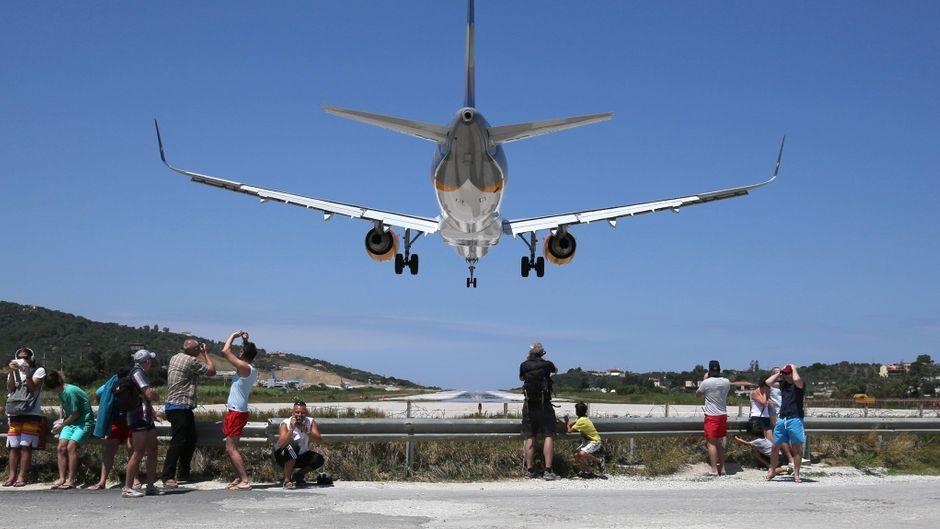 Gefährliches Spektakel: Am Flughafen Skiathos kannst du bei Start und Landung der Flugzeuge ganz nah dran sein.