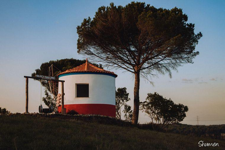 Nicht weit entfernt von der Quinta do Encontro in Anadia gibt es die Baloiço Maria Gomes, eine Schaukel gebaut aus einem alten Weinfass. Wer Platz nimmt, blickt auf die herrliche Landschaft der Weinregion.