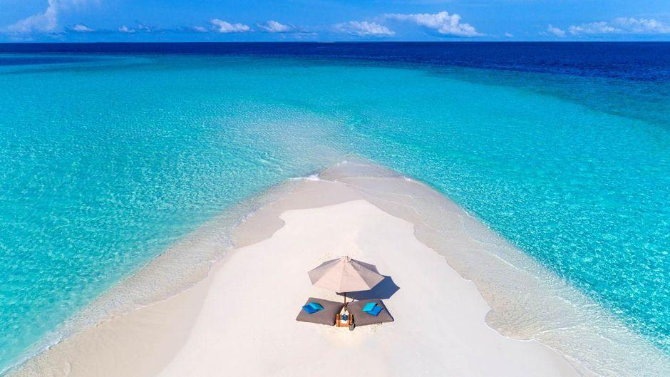 Lange weiße Sandstrände und türkisfarbenes Wasser: Die Malediven sind für viele Reisende ein absolutes Traumziel.