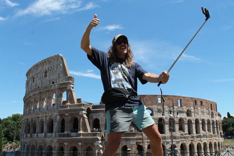 Tyral macht ein Selfie vor dem Colosseum