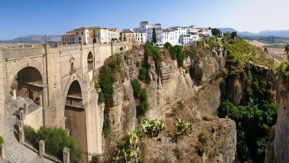 Die Kleinstadt Ronda in der spanischen Provinz Malaga beeindruckt mit ihrer spektakulären Lage auf einem Berggipfel direkt oberhalb einer Schlucht.