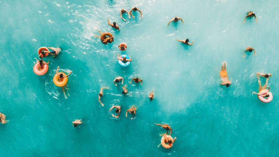 Gemeinsam ins Wasser? Das ist im Corona-Sommer nur bedingt möglich. (Symbolbild)