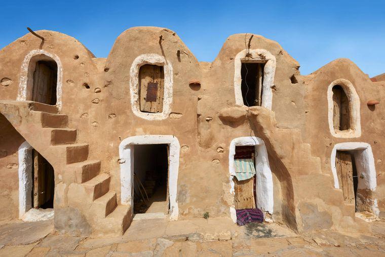 Szenen für das Sklavenviertel von Mos Espa auf Tatooine in Episode I wurden im Getreidespeicher Ksar Hadada gedreht.