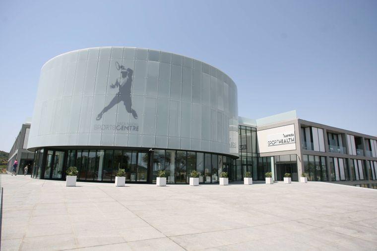 Du möchtest dein Trainingsprogramm auch im Urlaub strikt durchziehen? Dann ab ins Rafa Nadal Sports Centre in Manacor.