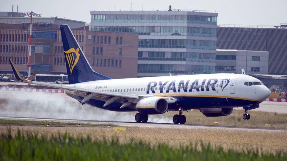 Ein Ryanair-Flugzeug hebt ab.