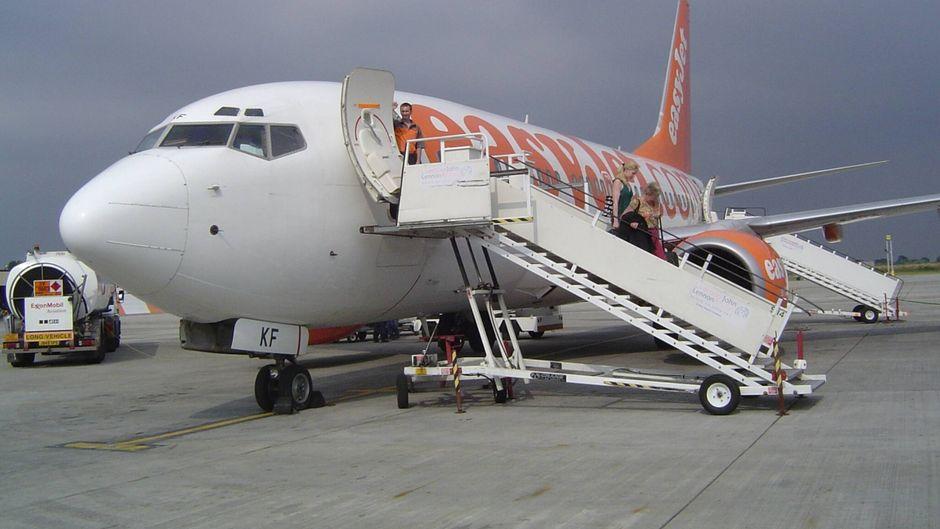 Passagiere steigen aus Easyjet-Maschine am Airport Liverpool.