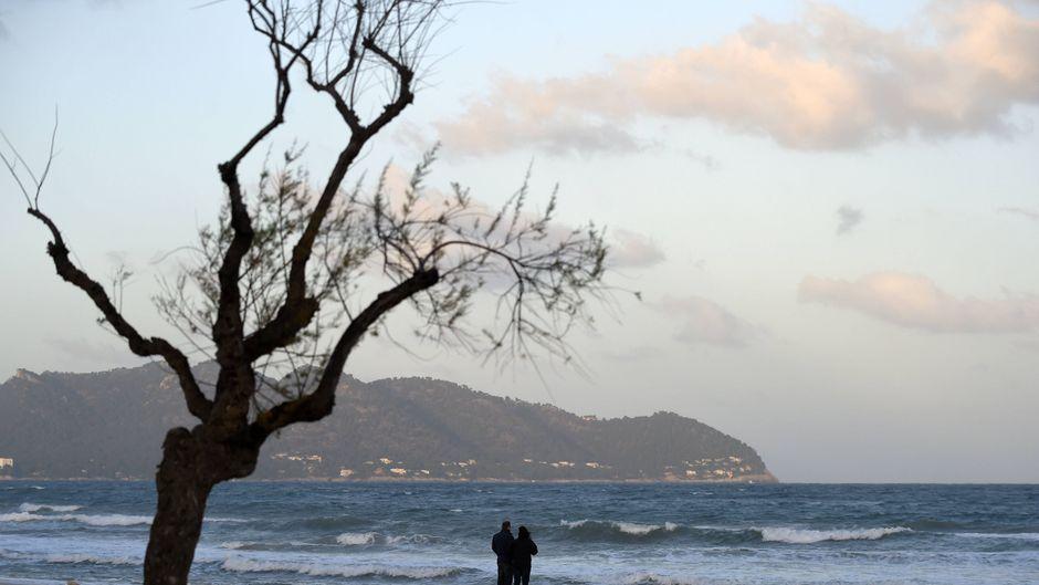 Winter auf der Baleareninsel Mallorca: Regnerisches Wetter und Sturmböen setzen dem Strand von Cala Millor zu.