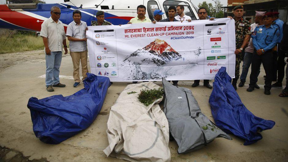 Ein zwölfköpfiges Team brachte vier Leichen zu einem Helikopter, der die Körper zur Autopsie fliegt.