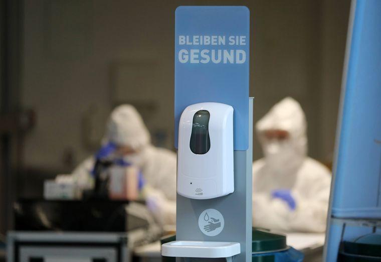 Desinfektionsmittelspender am Flughafen Erfurt.