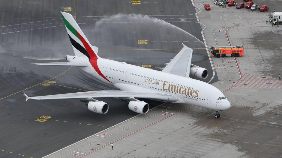Die Flughafenfeuerwehr in Hamburg spritzte Wasserfontänen zur Begrüßung des Airbus A380 von Emirates.
