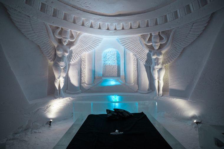"""Eines der Schlafzimmer im Eishotel """"SnowVillage"""" wird vom Tor nach Meereen geschmückt."""
