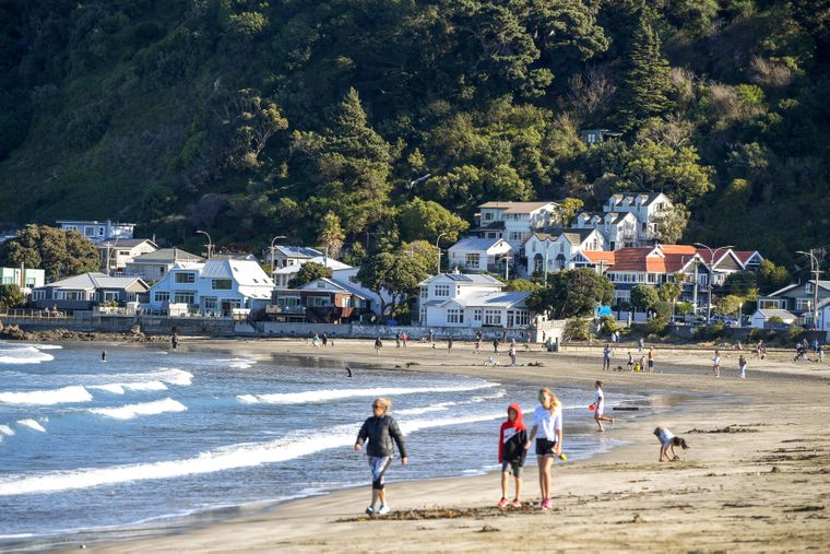 Strandbesucher in Wellington, Neuseeland.