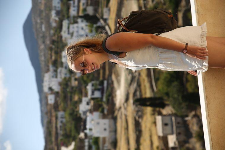 Carina genießt die Aussicht über die Insel. Schatten spendende Bäume gibt es kaum auf Paros.