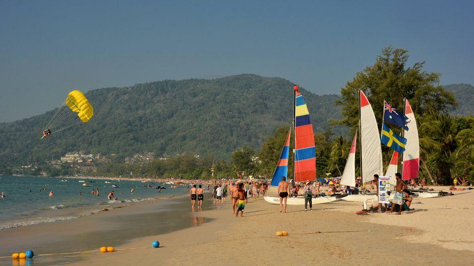 Der Strand Patong auf der thailändischen Insel Phuket.