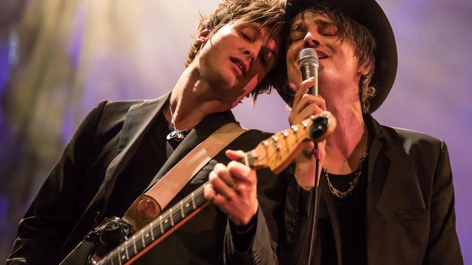 Der britische Rockmusiker Peter Doherty (rechts) ist mit seiner Band jetzt unter die Hoteliers gegangen. Und damit ist er in guter Gesellschaft.