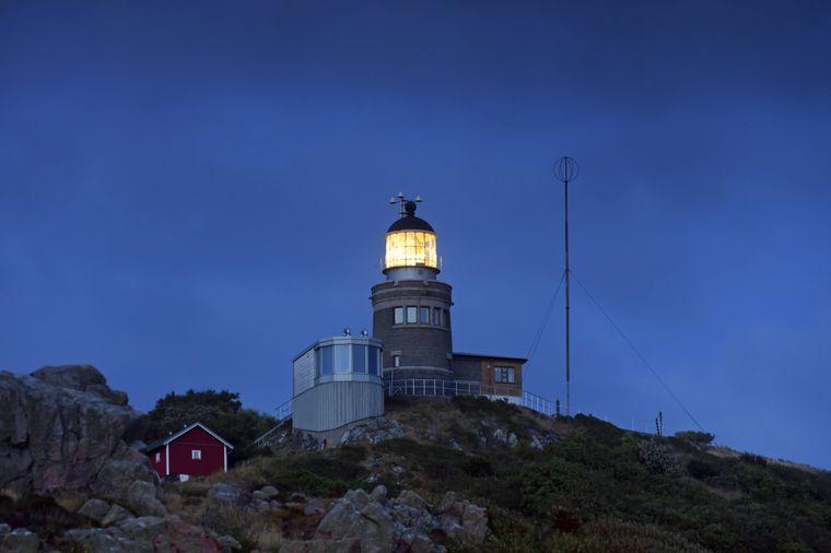 """""""Kullens Fyr"""" leuchtet seit 1898 auf einer Klippe im schwedischen Naturreservat Kullaberg."""