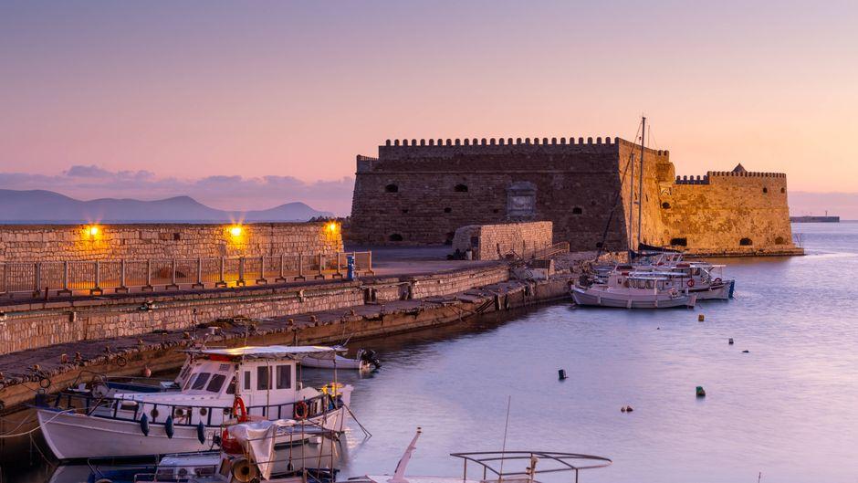 Blick auf das Fort am Hafen von Heraklion auf Kreta. In der Inselhauptstadt gilt ab sofort eine verschärfte Maskenpflicht.